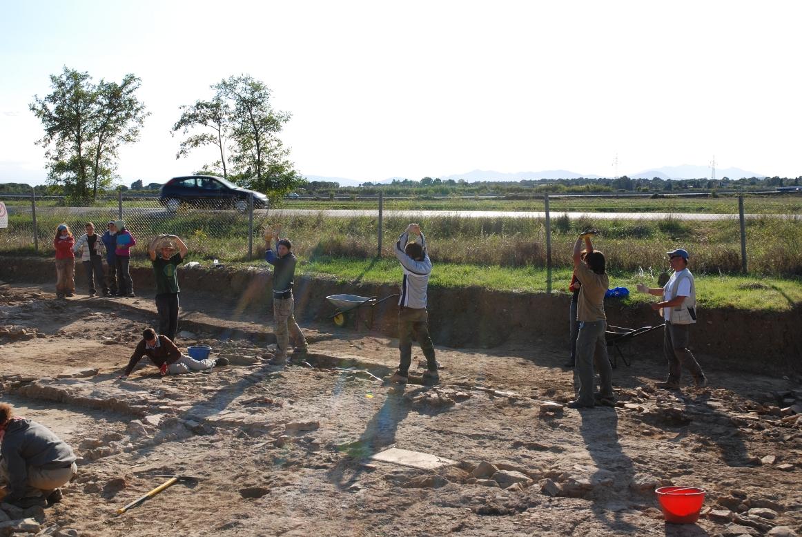 Gli archeologi ricreano le colonne del portico