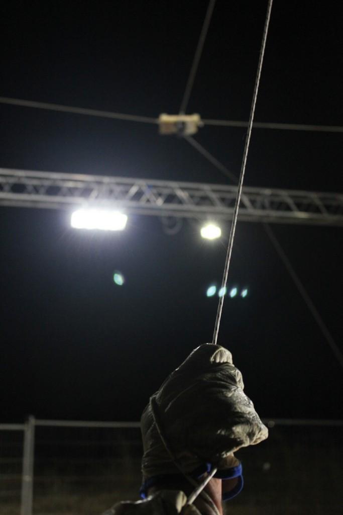 Uno dei fili tesi per tenere la struttura realizzata per l'alloggio della macchina fotografica, visibile sullo sfondo